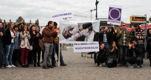Acto de Podemos en Berlín. Pancarta diseñada por Ramón Rodríguez